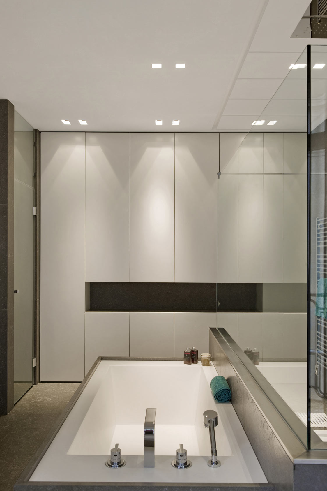 Bathroom g paris laurent brandajs photographer for H g bathrooms brookvale